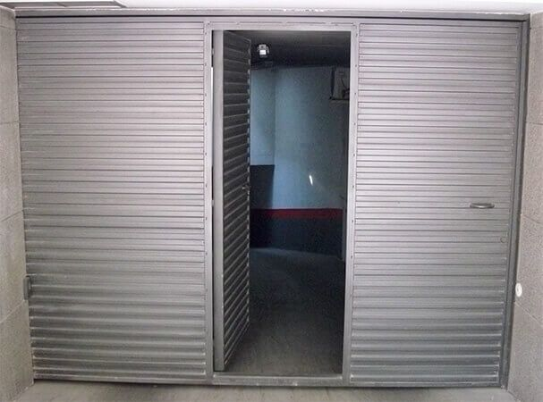 Abisagrada de 1 hoja con portillo, en chapa pegaso en horizontal (e1287)