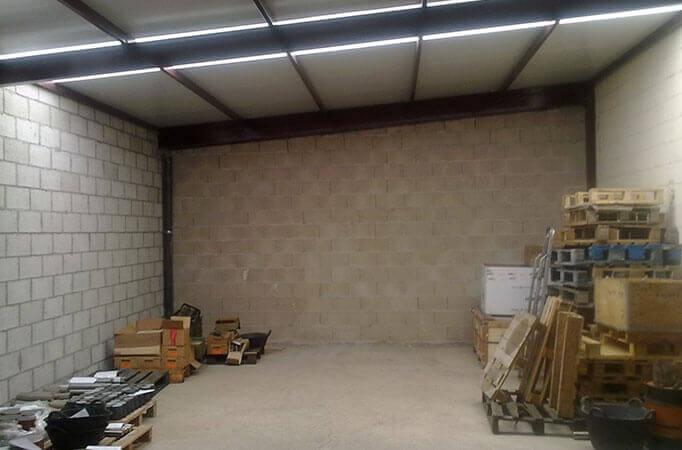 Cerramiento Detalle interior de cubierta de habitáculo en patio de nave (e5237-3)