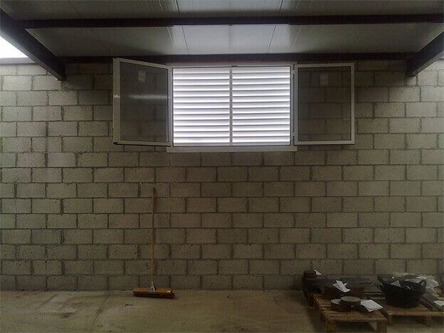 Cerramiento. Ventana batiente de 2 hojas en aluminio y reja protectora en lamas (e5237-2)