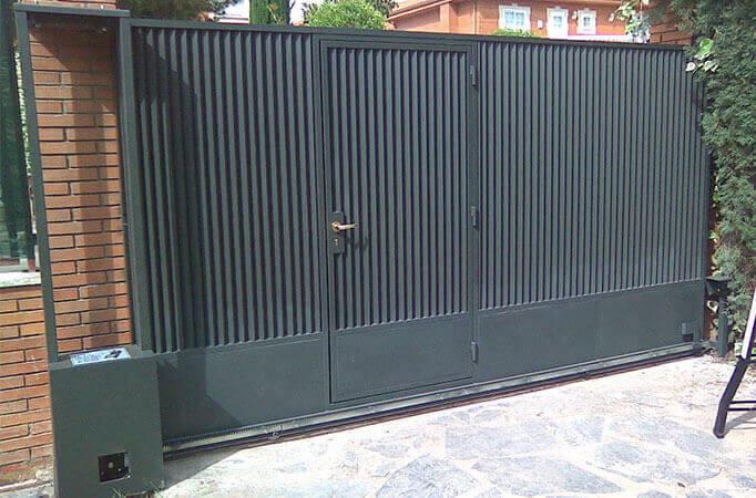 Deslizante cancela 1 hoja automática con puerta peatonal incorporada (e4385)