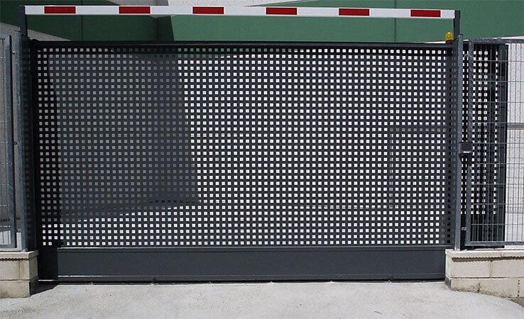 Deslizante 1 hoja cancela con zócalo chapa perforada con taladro cuadrado (e2969)
