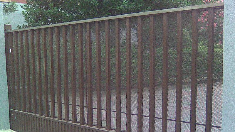 Deslizante 1 hoja cancela con zócalo inferior en chapa pegaso y barrotes (e1582)