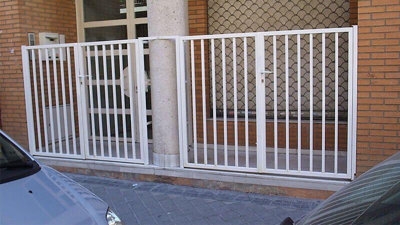 Cerramiento: Abisagrada, de 2 hojas, de 1 hoja y partes fijas en barrotes verticales (p9160015)